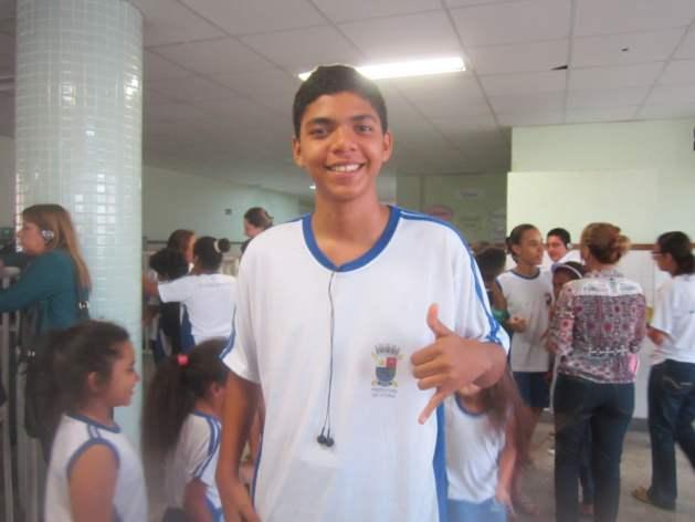"""Marcos Rodrigues, de 14 años y alumno de séptimo grado, uno de los líderes de la campaña contra el desperdicio en su escuela. """"Llevamos el hábito de comer verduras de la escuela a nuestras familias"""", contó con orgullo a IPS. Crédito: Mario Osava/IPS"""