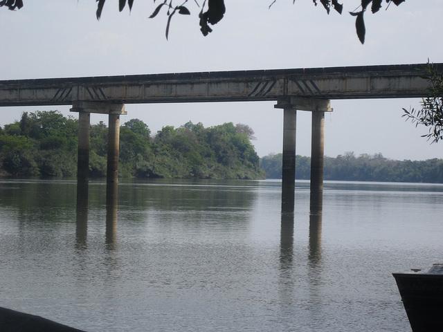 El río Teles Pires, en la parte de su recorrido entre las futuras plantas hidroeléctricas de Sinop y Colider, bajo un puente de la BR-163, la carretera que transporta la mayoría de la soja del estado de Mato Grosso hacia el norte, hasta Miritituba, donde empieza la hidrovía del río Tapajós que sigue por el Amazonas hasta el océano Atlántico, en el noreste de Brasil. Crédito: Mario Osava/IPS