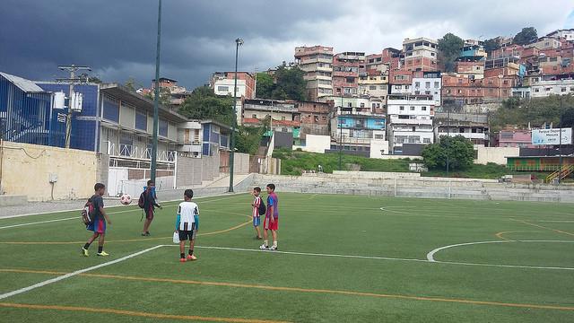 Un grupo de niños llega a una práctica de fútbol en el centro deportivo Mesuca, en ese sector del gran asentamiento de Petare, este de la capital de Venezuela, en una de las iniciativas municipales con respaldo privado que mejoran la vida en el sector. Crédito: Humberto Márquez/IPS