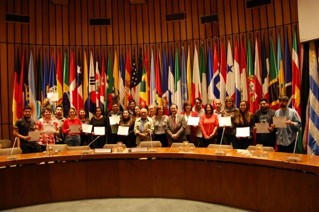 Varios de los periodistas participantes posan en el Salón Celso Furtado de la Cepal, donde se desarrolló el seminario taller de dos días, con los certificados recién recibidos, en el acto de cierre del seminario-taller realizado en Santiago. Crédito: IPS