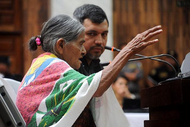 Una mujer atestigua durante el juicio en el Tribunal de Mayor Riesgo de Guatemala en febrero de 2016. Crédito: Rocizela Pérez/ Mujeres Transformando el Mundo