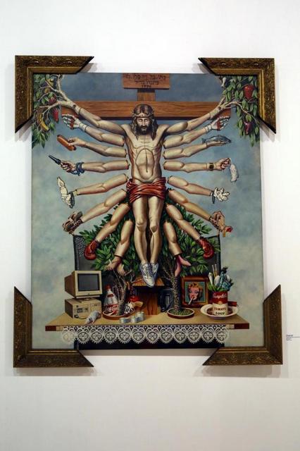 """La obra """"Cruzando Jesucristo con la diosa Schiva"""", de Fernando Baril, despertó la irá por considerarse blasfema e irrespetuosa con las religiones, mientras el autor explica que se trata de una mezcla de figuras religiosas y objetos que representan el consumismo occidental. Crédito: Divulgación pública de QueerMuseu"""