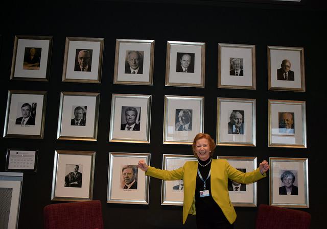 La premio Nobel, Mary Robinson, frente a una pared cubierta de retratos de líderes en la COP23, en Bonn, en 2017. Crédito: Stella Paul/IPS