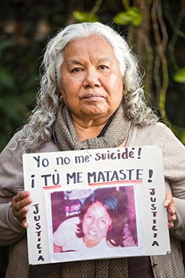 Irinea Buendía sostiene una fotografía de su hija, Mariana Lima. Crédito: Dzilam Méndez/ONU Mujeres