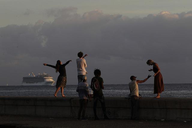 Un grupo de personas permanece en el malecón de La Habana durante la llegada de un crucero a la bahía de la capital cubana, en octubre de 2017. Crédito: Jorge Luis Baños/IPS