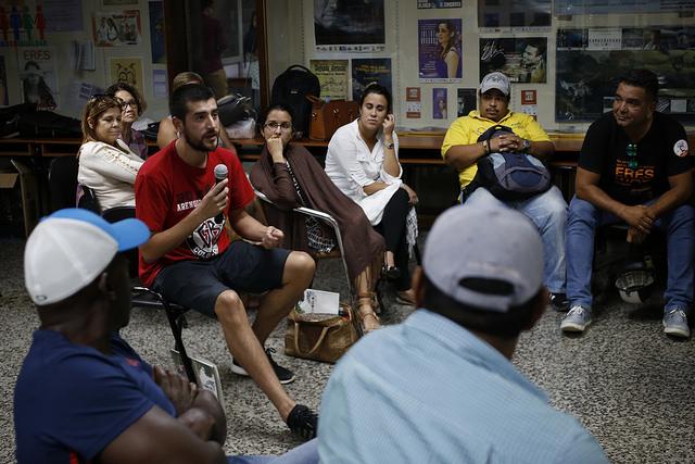 Hombres y mujeres activistas intercambian experiencias sobre las masculinidades, incluidas las de los maltratadores, durante la VII Jornada Cubana de Estudios de Masculinidades de la Red Iberoamericana y Africana de Masculinidades, en la capital cubana. Crédito: Jorge Luis Baños/IPS
