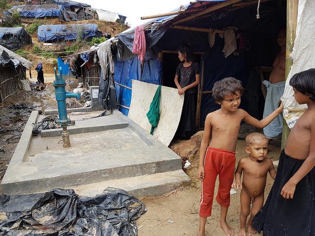 Un pozo entubado que funciona mal en el campamento de Kutupalong en Bangladesh. Crédito: Sohara Mehroze Shachi/IPS