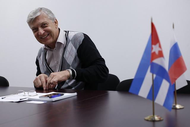 El representante comercial de Rusia en Cuba, Aleksandr Bogatyr, analiza para IPS el futuro de las relaciones bilaterales en el sector, en la sede de la Delegación Comercial de ese país en el país cubano, situada en un centro de negocios de La Habana. Crédito: Jorge Luis Baños/IPS