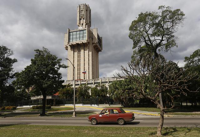 Uno de los automóviles de la marca Lada, fabricado en la extinta Unión Soviética, transita al lado de la sede de la embajada rusa en La Habana. Unos 340 vehículos de los modelos Lada Vesta y Largus llegaron a Cuba en enero, por un acuerdo con la empresa rusa Avtovaz, su fabricante, que retornó al país tras 12 años. Crédito: Jorge Luis Baños/IPS