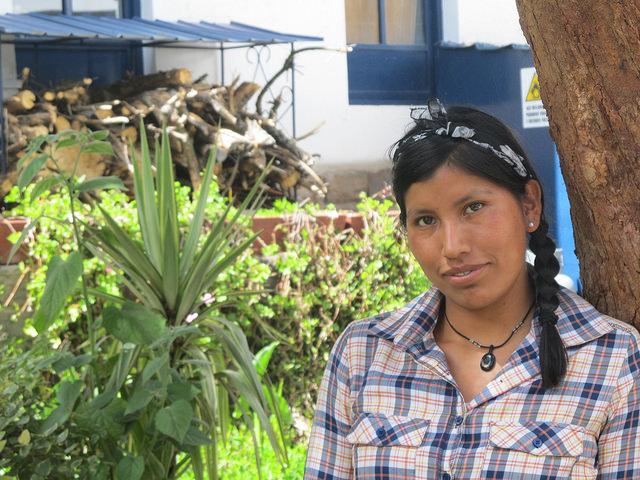 Janed Nina, productora agroecológica, que tras graduarse de ingeniera agrónoma, volvió a su comunidad, Saclla, en las alturas de los Andes peruanos, para aplicar sus conocimientos en la finca familiar y transmitirlos también a otras productoras de su municipio. Crédito: Mariela Jara/IPS