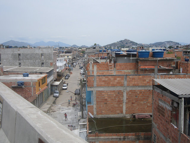 """Vista de una calle del Complejo de Maré, una favela de casi 130.000 habitantes, que está en el camino al aeropuerto y las playas de Río de Janeiro, y da por ello la """"bienvenida"""" a los turistas que llegan a la ciudad del sureste de Brasil. Crédito: Mario Osava/IPS"""