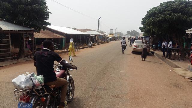 La falta de oportunidades laborales para los jóvenes en Kwame Danso, en Ghana, empujó a muchos a realizar la peligrosa travesía a Libia. Crédito: Kwaku Botwe/IPS.
