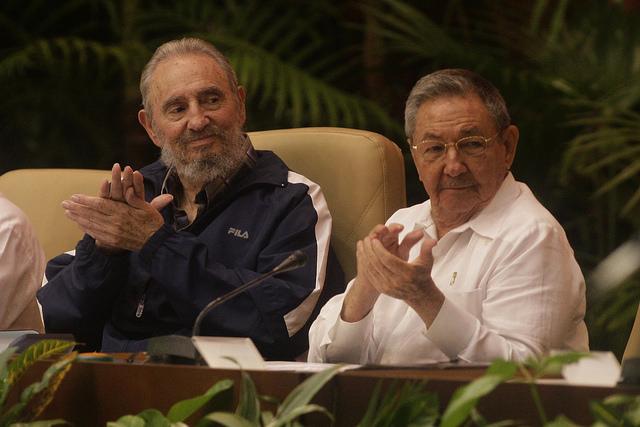 El líder de la Revolución Fidel Castro, fallecido en 2016, acompañado de su hermano Raúl, durante la clausura del sexto Congreso del Partido Comunista de Cuba. Desde el 19 de abril, por primera vez desde la instalación de la Revolución en 1959, no habrá un Castro en la presidencia del país. Crédito: Jorge Luis Baños/IPS