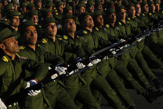 Efectivos de las Fuerzas Armadas Revolucionarias desfilan durante una revista con motivo del 50 aniversario de la proclamación como socialista de la Revolución Cubana, en 2011. Crédito: Jorge Luis Baños/IPS