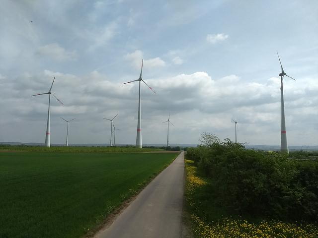 A partir de las energías eólica y solar, Alemania camina hacia un futuro basado en alternativas energéticas, como este campo eólico privado en la ciudad de Wörrstadt, en el estado de Renania-Palatinado. Crédito: Emilio Godoy/IPS