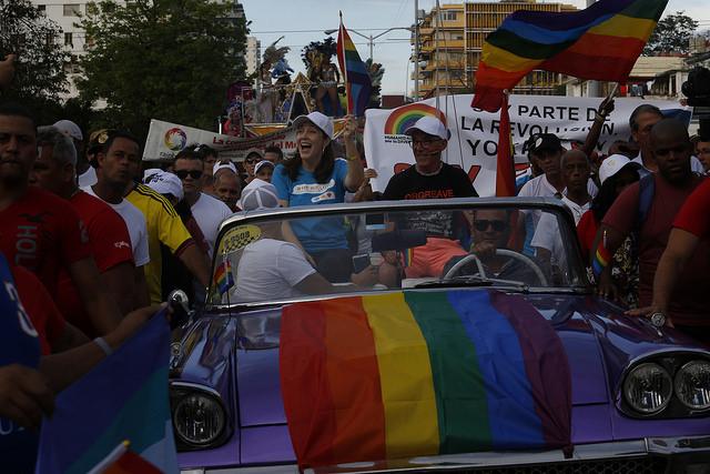 La directora del Centro Nacional de Educación Sexual (Cenesex), Mariela Castro Espín, y el activista británico por los derechos LGTBI y premio Cenesex 2018, Mike Jackson, animan sobre un vehículo la festiva Conga de la diversidad, una de las actividades en La Habana de la 11 Jornada Cubana contra la Homofobia y la Transfobia. Crédito: Jorge Luis Baños/IPS