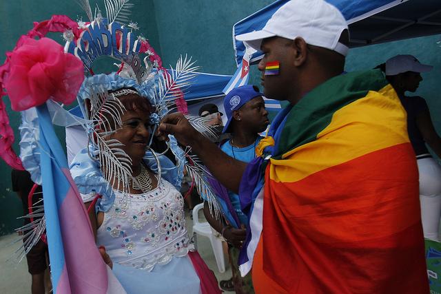Dos integrantes de la comunidad LGBTI mientras participan La Habana en La Conga de la diversidad, una festiva marcha que integra las actividades anuales de la Jornada Cubana contra la Homofobia y la Transfobia. Crédito: Jorge Luis Baños/IPS