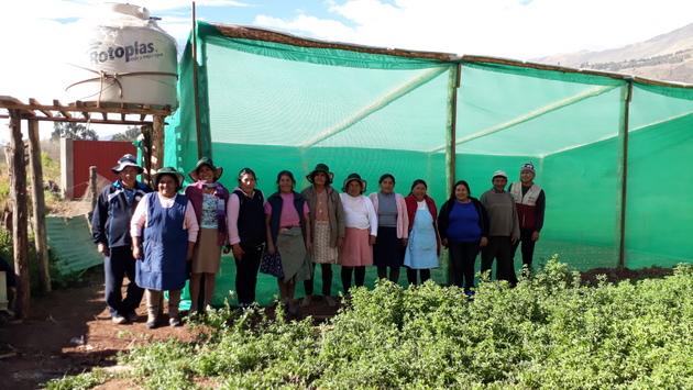 Campesinas de la comunidad de Huasao, en las altiplanicies andinas de Cusco, en Perú, delante de uno de los fitotoldos de 50 metros cuadrados, que cuentan con un tanque de 750 litros de agua para el módulo de riego tecnificado por goteo de las hortalizas. Crédito: Mariela Jara/IPS