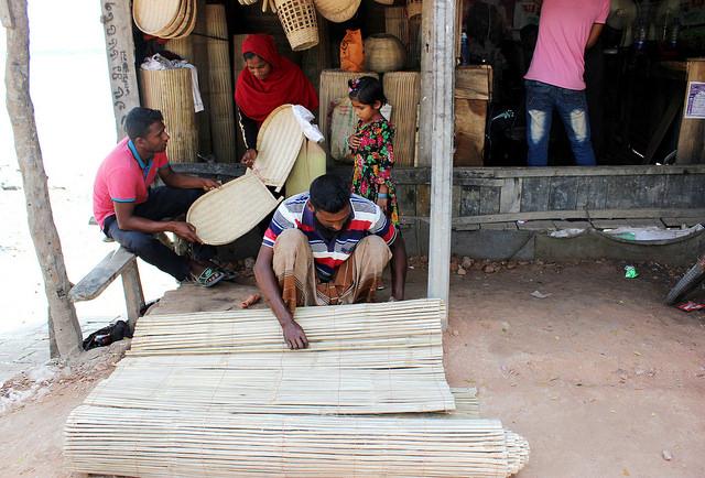 Una familia de artesanos de bambú vende artículos para el hogar en el distrito de Satkhira, en Bangladesh. El bambú ofrece un medio de vida sostenible para las comunidades más pobres de Asia y África. Crédito: Manipadma Jena/IPS.