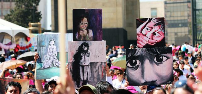 """Carteles con niñas y niños víctimas de trata y tráfico de personas en México, durante una manifestación contra estos delitos en México. Este año, el Día Internacional contra la Trata de Personas, el 30 de julio, está enfocado en """"la respuesta a la trata de niños y jóvenes"""". Crédito: CIMAC"""