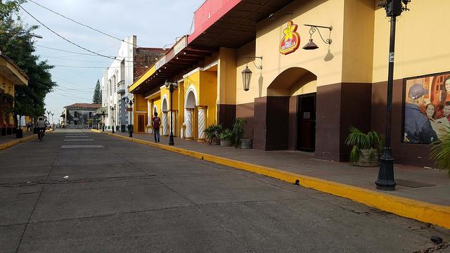 Calles vacías, como esta de la ciudad de León, un centro turístico de Nicaragua, evidencian la drástica caída de visitantes en Nicaragua, cinco meses después del estallido de una ola de protestas en el país. Crédito: Eddy López/IPS