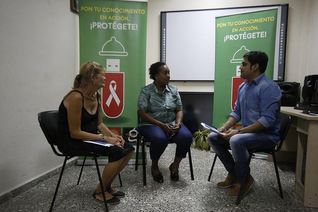 La directora de la cubana Unidad de Promoción de Salud y Prevención de Enfermedades (Prosalud), en el centro, rodeada de Caridad Soler, jefa Departamento de Capital Humano, y el psicólogo Yandis Alberto Betancourt, en uno de los espacios del centro estatal, en La Habana. Crédito: Jorge Luis Baños/IPS