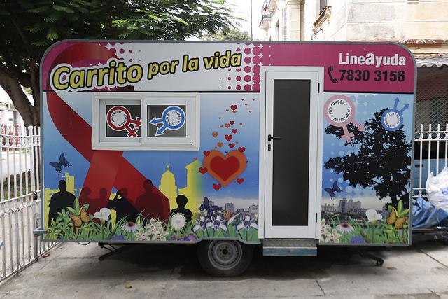 """Exterior del """"Carrito por la vida"""", el remolque de un vehículo empleado para campañas sanitarias, en las inmediaciones de la cubana Unidad de Promoción de salud y Prevención de Enfermedades (Prosalud), en La Habana. Crédito: Jorge Luis Baños/IPS"""