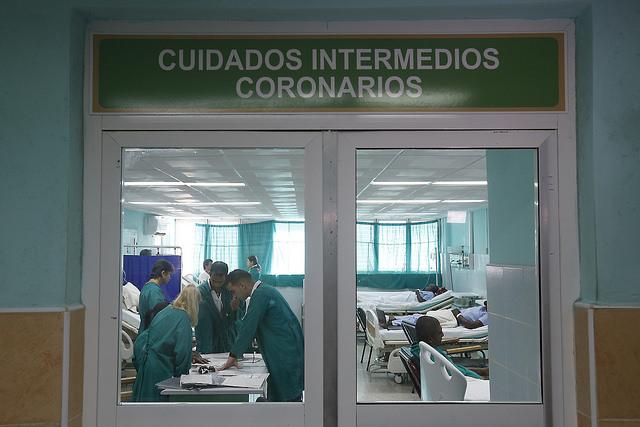 Un equipo médico delibera en la sala de cuidados intensivos coronarios del Hospital Dr. Gustavo Aldereguía Lima, en la provincia de Cienfuegos, en Cuba. El derecho universal a la salud y otros derechos colectivos se han privilegiado hasta ahora en este país de régimen socialista, sobre aquellos considerados individuales. Crédito: Jorge Luis Baños/IPS