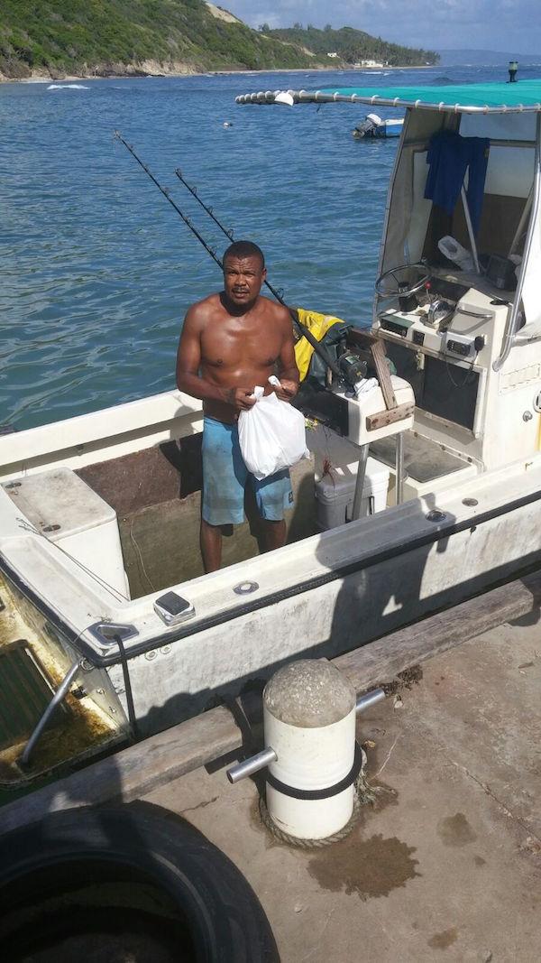 El pescador Allan Bradshaw nota una gran disminución del número de peces voladores en la bahía de Consett, en Barbados. Crédito: Cortesía de Desmond Brown.