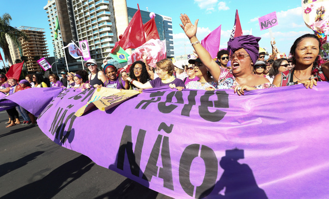 Con la consigna #élNo, cientos de miles de mujeres se lanzaron a las calles de las principales ciudades de Brasil el sábado 29 de septiembre, en muchos casos acompañadas de sus parejas, amigos y familias, en rechazo a Jair Bolsonaro, candidato de extrema derecha a la presidencia de Brasil. En la imagen, un grupo de mujeres en Brasilia. Crédito: Lula Marques/Fotos Públicas