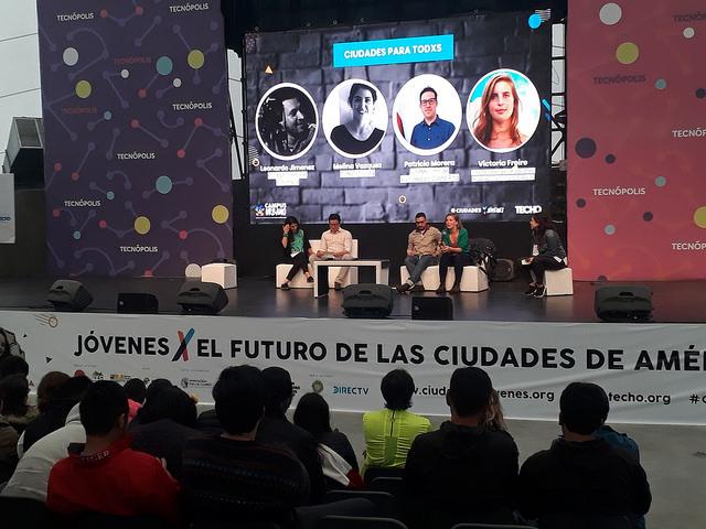 Una de las deliberaciones del encuentro promovido por la organización Techo, que reunió en Buenos Aires a más de 600 jóvenes de América Latina, para discutir el futuro de las ciudades en la región, donde se trataron temas como cooperativismo, diversidad, género y ambiente. Crédito: Daniel Gutman/IPS