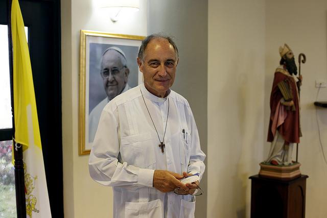 Mariano Herrera Fraile, rector del Seminario de San Carlos y San Ambrosio, mientras participaba en la jornada de puertas abiertas de la instalación, en la capital de Cuba. Crédito: Jorge Luis Baños/IPS