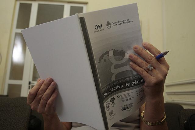 Portada de un material de trabajo impartido en un taller sobre perspectiva de género impartido a capacitadores sobre temas de prevención de la violencia en la Sede Nacional de la Unión Nacional de Juristas de Cuba, en La Habana. Crédito: Jorge Luis Baños/IPS