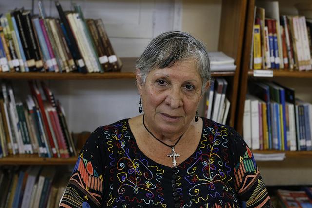 La psiquiatra y especialista en género Lourdes Teresita Rebustillo mientras conversa con IPS en la sede del no gubernamental Centro Cristiano Lavastida, en la ciudad de Santiago de Cuba, en el este del país. Crédito: Jorge Luis Baños/IPS