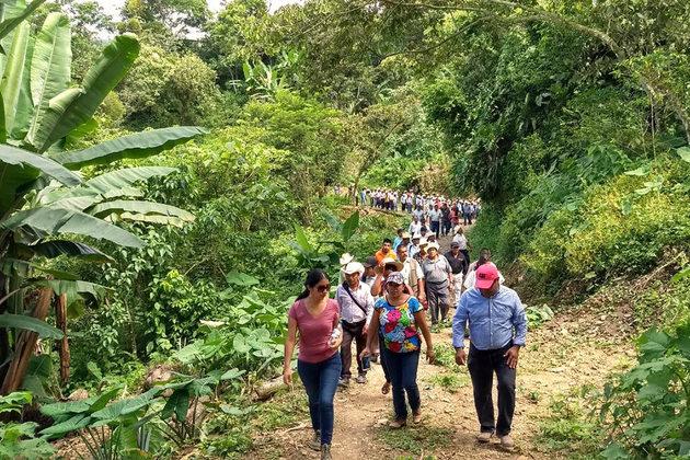 Elisa Zepeda, al frente, durante un recorrido por áreas de su municipio. Crédito: ONU Mujeres
