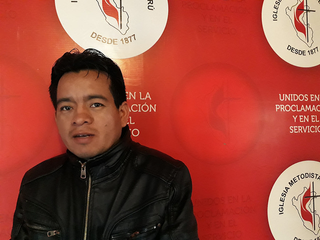 El pastor metodista Mario Aliaga, quien coordina el innovador proyecto de casas abrigadoras en la aldea que Quinsalakaya, que casi roza el cielo en las altas montañas de los Andes en Perú, una de las zonas más gélidas del país. Un muro que almacena la energía solar durante el día, mantiene las viviendas templadas en la noche. Crédito: Mariela Jara/IPS