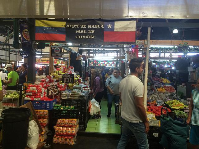 Inmigrantes venezolanos, cuya presencia creció explosivamente en Chile, a raíz del colapso que vive su país, venden con éxito sus productos y comidas típicas en algunos puestos de la Vega Central, el principal mercado alimentario de Santiago y que se ha convertido en un punto de encuentro de este colectivo. Crédito: Orlando Milesi/IPS