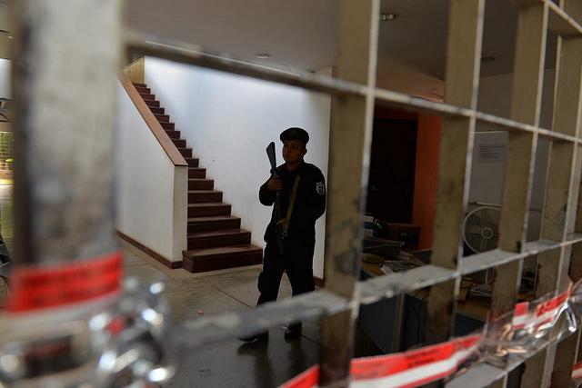 Un efectivo custodia la clausurada sede de la revista Confidencial y otros medios digitales y de televisión, propiedad de Carlos Fernando Chamorro, que fue tomada el 14 de diciembre por la Policía Nacional de Nicaragua y permanece confiscada desde entonces. Crédito: Jader Flores/IPS