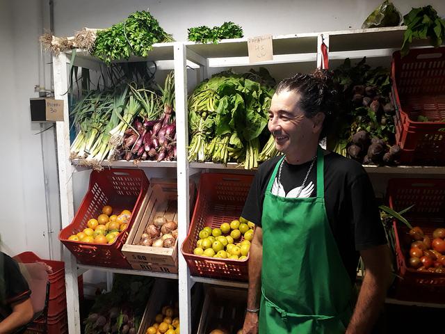 Enrique García cultiva de manera ecológica vegetales en un terreno de cuatro hectáreas, cerca de Buenos Aires, y vende él mismo sus productos en un mercado de economía social que es compartido por distintas cooperativas sociales en la capital de Argentina. Crédito: Daniel Gutman/IPS