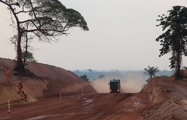 Parte reconstruida pero sin pavimentar de la carretera BR-163, en el amazónico estado de Pará, en el norte de Brasil. El gobierno de Jair Bolsonaro quiere construir un tramo de la carretera que estaba en el diseño original pero que ni siquiera se marcó su trazado en medio de los bosques amazónicos. Crédito Fabiana Frayssinet/IPS