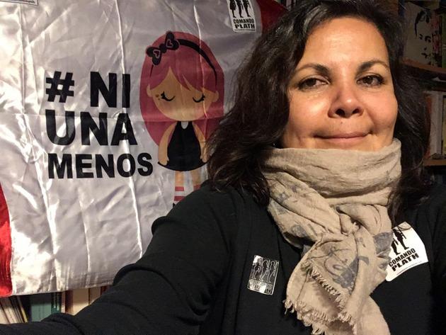 Rocío Silva, docente universitaria y activista por los derechos de las mujeres, delante de un cartel que resalta el #NiUnaMenos, el movimiento contra los feminicidios que ha surgido en varios países de América Latina. Crédito: Cortesía de Rocío Silva