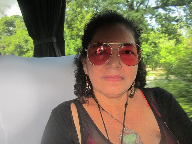 La colombiana Irma Romero, oriunda de la ciudad de Barranquilla, en el autobús que sirvió de transporte a los participantes en el I Encuentro Latinoamericano y Caribeño de Entidades de Personas Afectadas por la Enfermedad de Hansen, celebrado entre el 12 y el 14 de marzo en Río de Janeiro, en Brasil. Crédito: Mario Osava/IPS