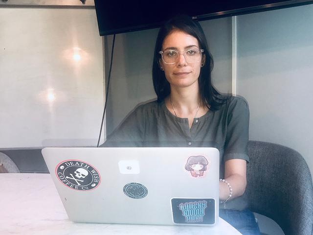 Melina Masnatta, creadora de Chicas en Tecnología, una organización argentina que promueve la participación de las adolescentes en el sector. La organización impulsa que las adolescentes consideren a la tecnología como una aliada para el desarrollo de su futuro y para desarrollar programas y aplicaciones que impacten positivamente en sus comunidades. Crédito: Fabiana Frayssinet/IPS