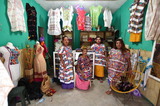 De izquierda a derecha: Mago, Nachita, Jenny y Flor Amuzga en el local donde ponen a la venta los huipiles que bordan, en Zacualpan, en el estado de Guerrero, en México. Crédito: Salvador Cisneros/Pie de Página