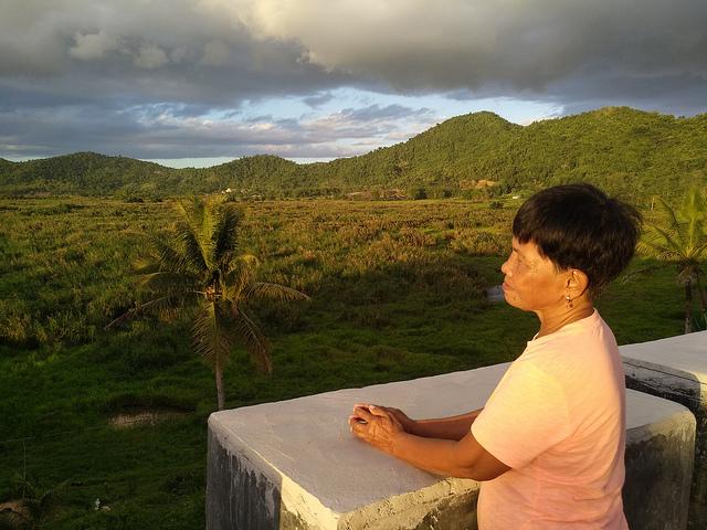 Eluminada Roca, la mayor del pueblo de San Isidro, participa en la recuperación de la turbera de la cuenca de Leyte Sab-a. Crédito: Stella Paul/IPS