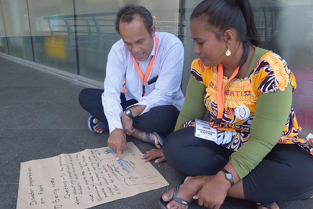 Itinnenga Uan, director de la Fundación para la Lepra del Pacífico en Kiribati, y Kurarenga Kaitire, paciente con lepra, conversan sobre la vulnerabilidad de su país, Kiribati, al cambio climático. Crédito: Stella Paul/IPS