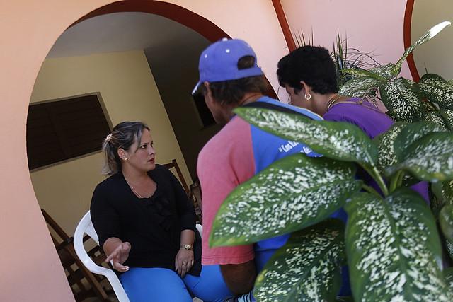 La psicóloga Maidenys Aguerrebere orienta a Miguel Ángel González y Mayelín Royal, una pareja que aguarda el juicio contra el supuesto violador de su hijo, de 14 años, en el Centro Cristiano de Reflexión y Diálogo, en la ciudad de Cárdenas, en el oeste de Cuba. Crédito: Jorge Luis Baños/IPS