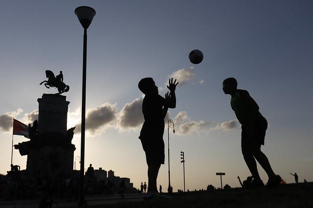 Dos adolescentes juegan con un balón en el parque Antonio Maceo, en el municipio de Centro Habana, uno de los que conforman la capital de Cuba, un país donde el problema de la violencia sexual infantil sigue siendo un tabú y se desconoce la vulnerabilidad de los varones. Crédito: Jorge Luis Baños/IPS