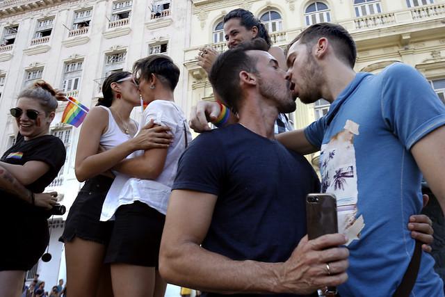 Algunas parejas de activistas de la comunidad LGBTI se besan en unas esalinatas, en una reivindicación de sus derechos, incluido el manifestar su orientación sexual en los espacios públicos, durante una caminata por La Habana, convocada a través las redes sociales el 11 de mayo. Crédito: Jorge Luis Baños/IPS