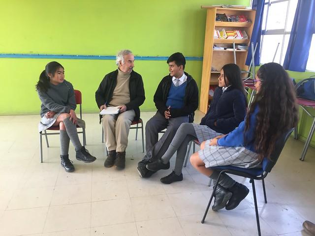 Cuatro estudiantes de 13 y 14 años conversan con IPS sobre como el proyecto de reutilización del agua les ha hecho tomar conciencia de la importancia de cuidar el recurso en el territorio semiárido donde viven, en un aula de la escuela rural de El Guindo, en el municipio de Ovalle, en Chile. Crédito: Orlando Milesi/IPS
